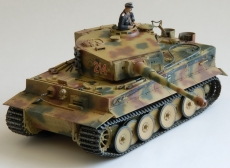 Тяжелый Tiger I Ausf.E mid production 1943 г. c 1 фигурой командира, масштаб 1:35